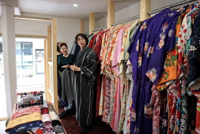 couple-choosing-kimono-harema-kanazawa